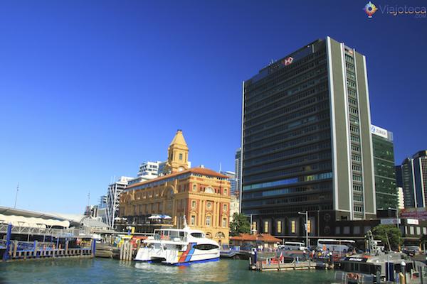 Auckland Ferry Terminal é o local de onde partem os ferries para as ilhas e bairros da cidade