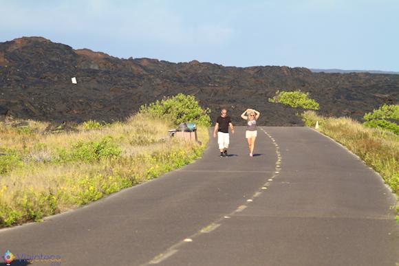Casal voltando de uma caminhada por um dos campos de lava do kilauea na Big Island