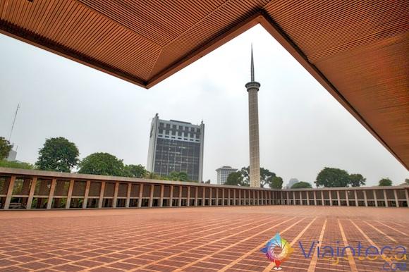 Minarete Mesquita Nacional da Indonésia em Jakarta