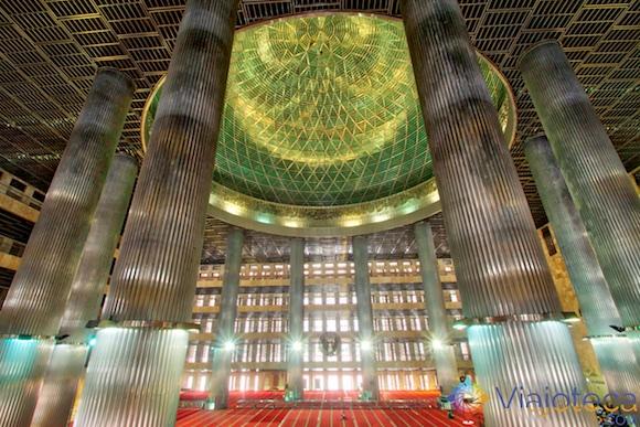 Colunas da Mesquita Nacional da Indonésia em Jakarta