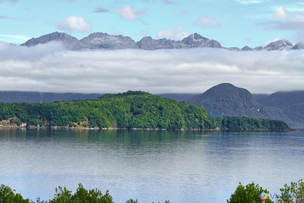 Lake Te Anau na Estrada para o Milford Sound na Nova Zelândia