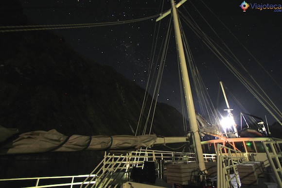 Milford Wanderer à noite em meio ao Milford Sound na Nova Zelândia