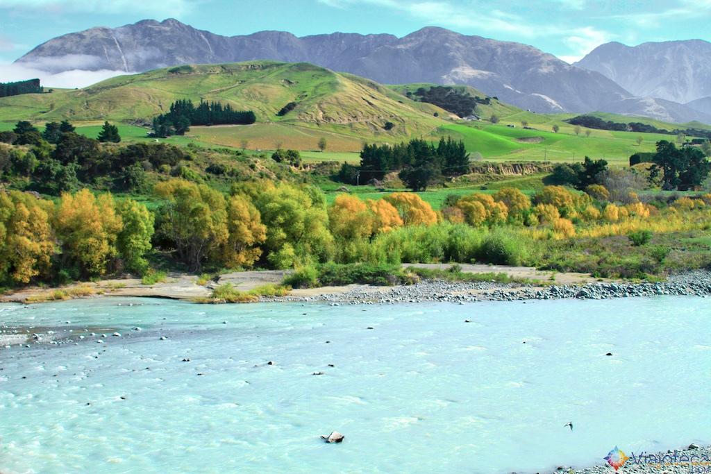 Montanhas e Rios no Coastal Pacific na Nova Zelândia
