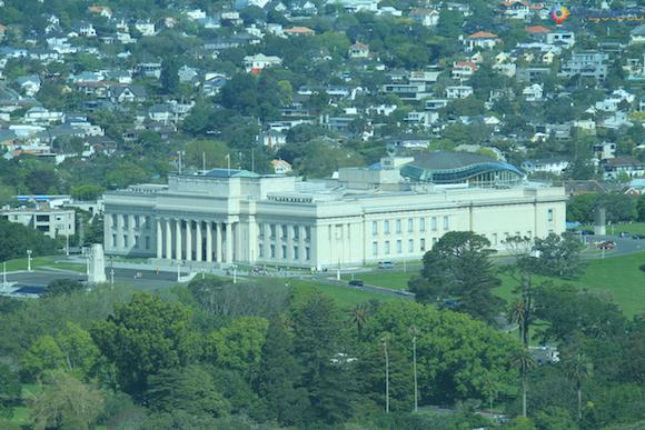 Museu de Auckland na Nova Zelândia visto do alto da Skytower