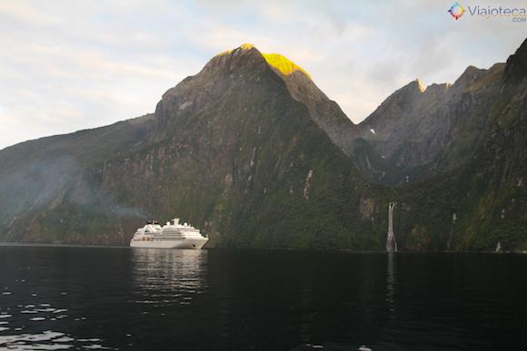 Navegando pelo Milford Sound na Nova Zelândia