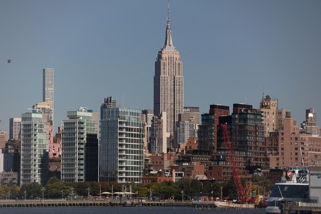 Empire State Building em Nova York visto do passeio de barco ao redor de Manhattan