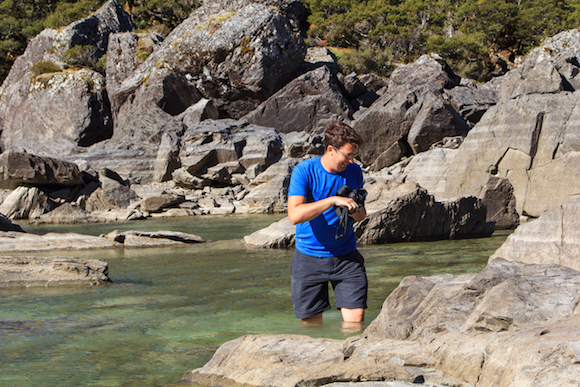 Oscar no Lake Mackenzie na Routeburn Track Nova Zelândia por NerdsViajantes