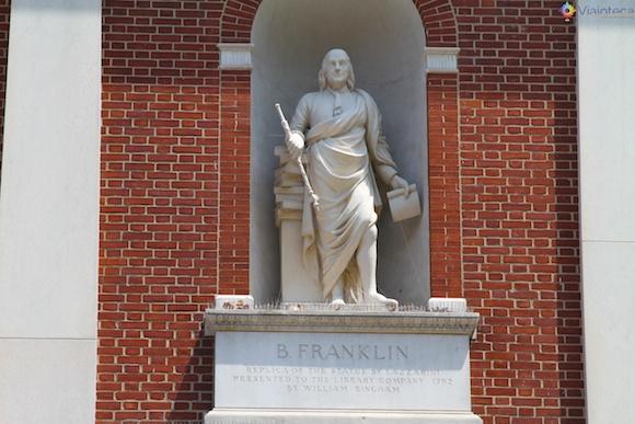 Estátua de Benjamin Franklin nos arredores do Independence Hall