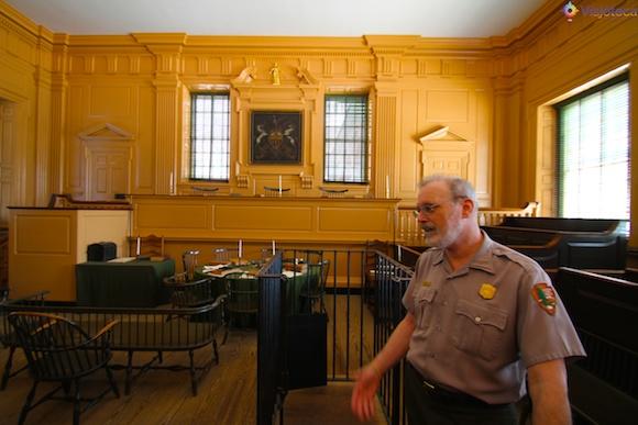 Ranger do NPS no tour pelo interior do Independence Hall