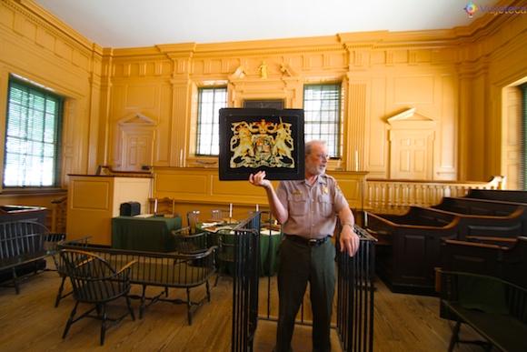 Suprema Corte da Comomwealth da Pennsylvania no Independence Hall – Antes de 1776 o brasão britânico