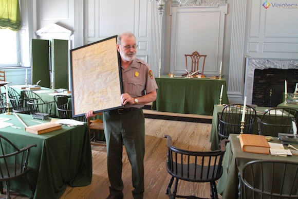 Independence Hall – Ranger mostrando cópia da Constituição americana