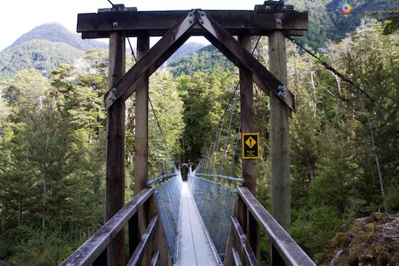 Ponte pensil para cruzar para a margem esquerda do Routeburn River