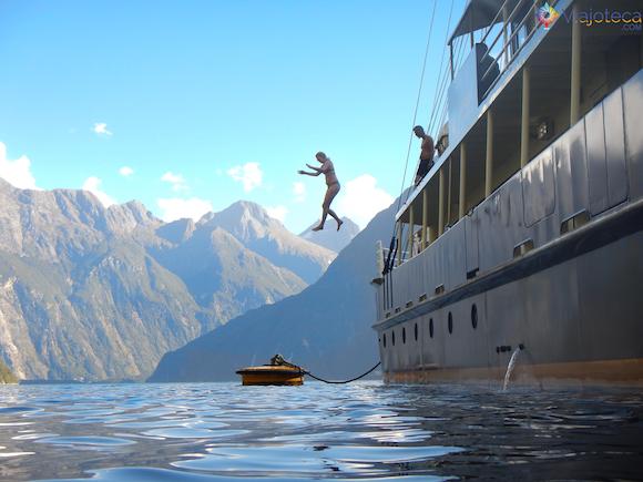 Pulando na Agua no Milford Sound