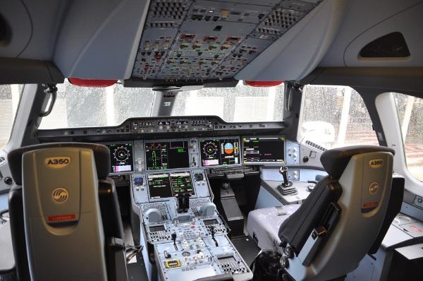 Foto Cockpit do A350 por Singapore Airlines