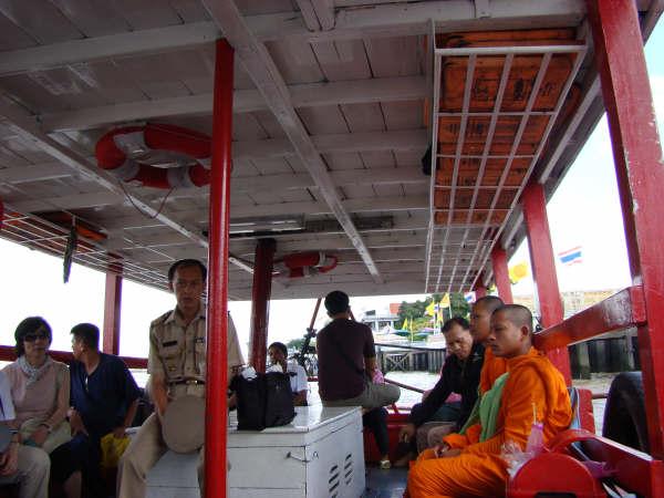 Atravessando o Rio para Wat Arun