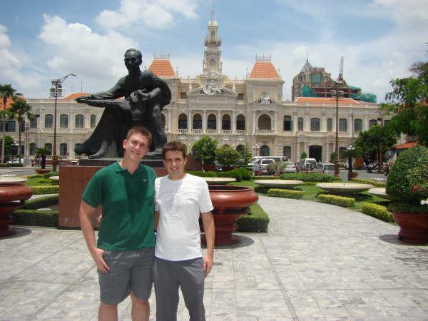 Oscar e Mau em frente Sede Partido Comunista