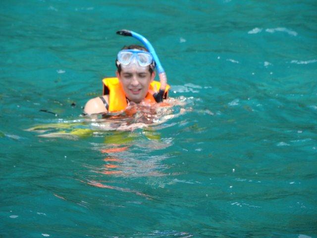Oscar Snorkeling com os Peixes
