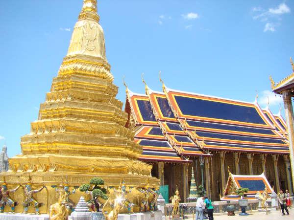 Stupa com Ouro ao lado do Templo do Buda Esmeralda