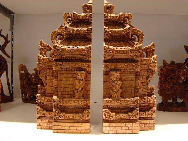 Templo Balines Esculpido em Madeira